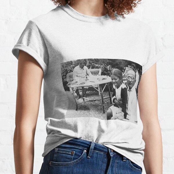 Лаврентий Берия с дочерью Сталина Светланой - Lavrenty Beria with Stalin's daughter Svetlana Classic T-Shirt