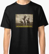 """Camiseta clásica Native America """"Deberíamos haber construido un muro""""."""