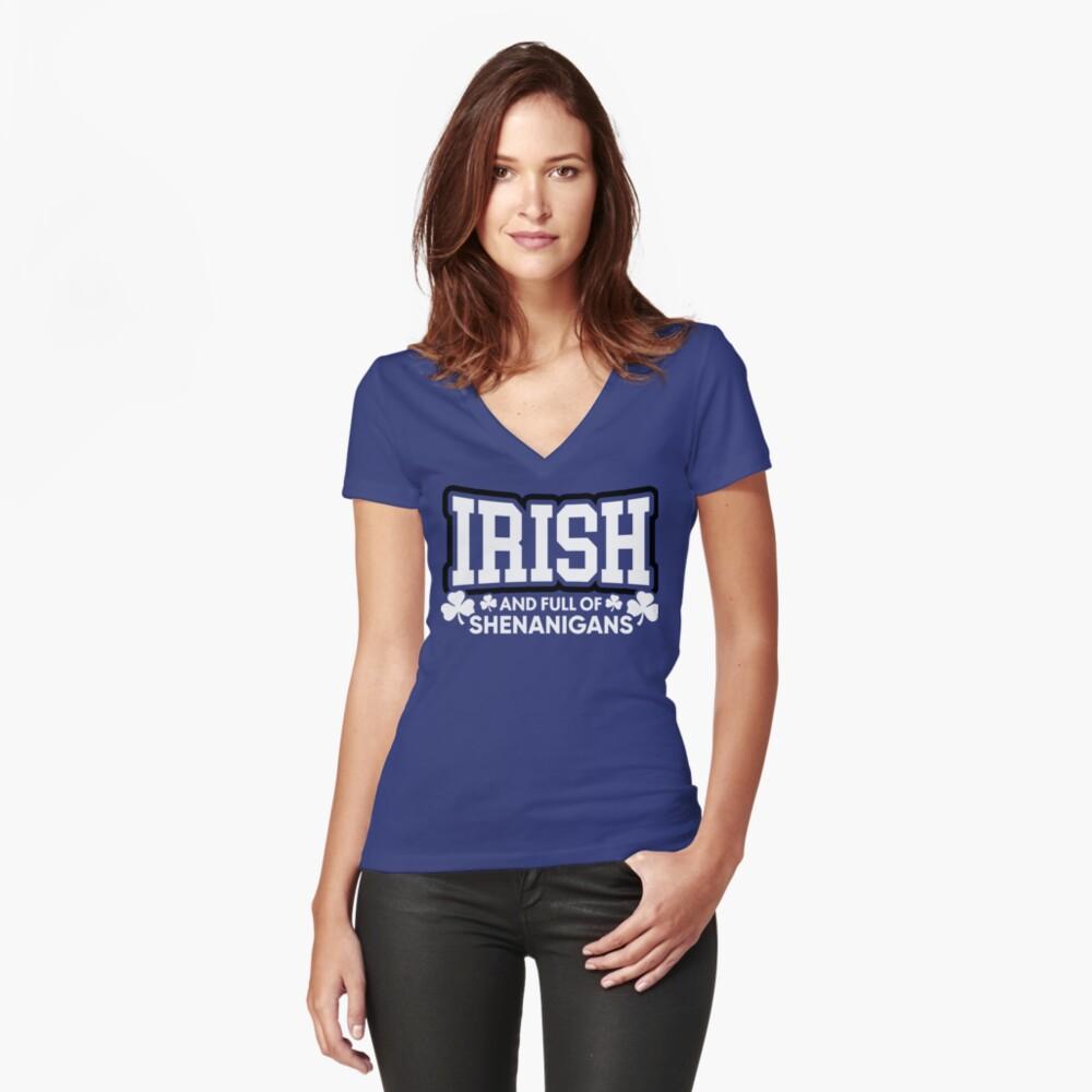 Irisch und voll von Shenanigans Tailliertes T-Shirt mit V-Ausschnitt