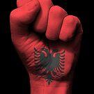Flagge von Albanien auf einer angehobenen geballten Faust von jeff bartels