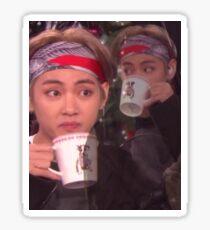 Pegatina Taehyung bebiendo té meme