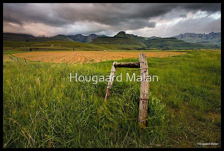 Elliot Mountains by Hougaard Malan