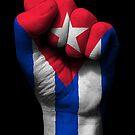 Flagge von Kuba auf einer angehobenen geballten Faust von jeff bartels