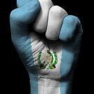 Flagge von Guatemala auf einer angehobenen geballten Faust von jeff bartels
