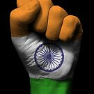 Flagge von Indien auf einer angehobenen geballten Faust von jeff bartels