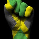 Flagge von Jamaika auf einer angehobenen geballten Faust von jeff bartels