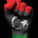 Flagge von Libyen auf einer angehobenen geballten Faust von jeff bartels