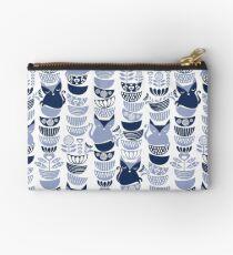 Schwedische Volkskatzen III // weißer Hintergrund blass und marineblaue Kätzchen und Schüsseln Studio Clutch