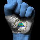 Flagge von Nicaragua auf einer angehobenen geballten Faust von jeff bartels