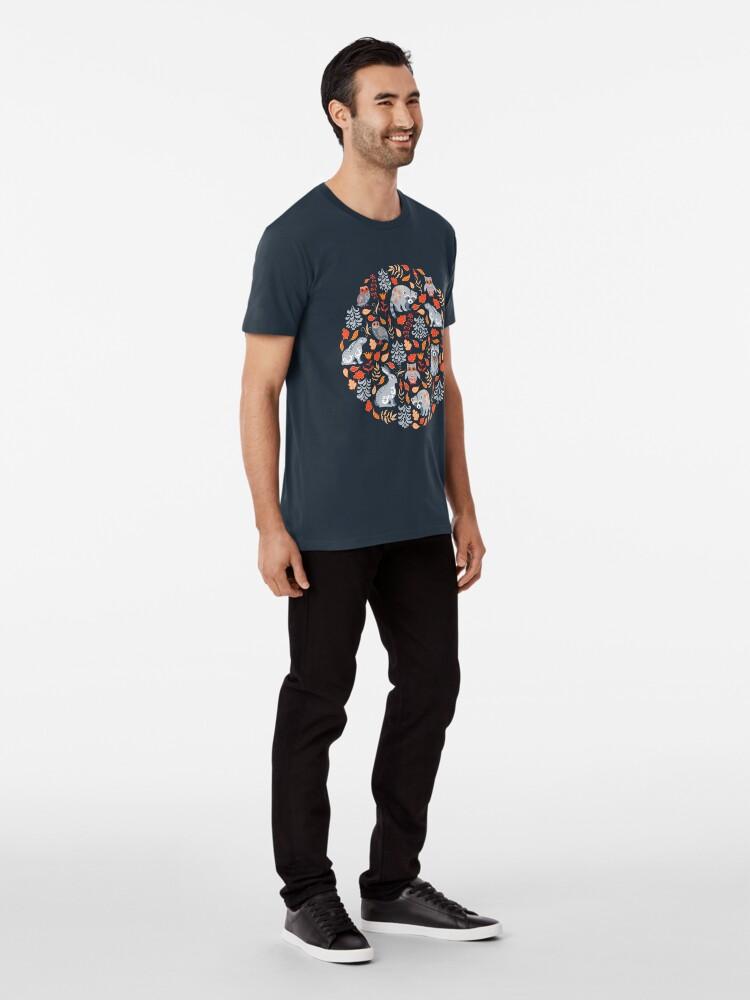 Alternative Ansicht von Märchenwald mit Waschbären und Hasen, Weißtannen, Blumen und Kräutern. Premium T-Shirt