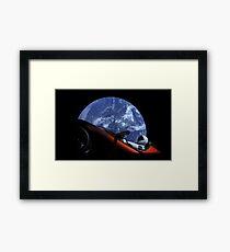 Lámina enmarcada Starman en Tesla Roadster en el espacio