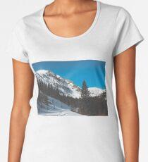 Camiseta premium de cuello ancho Tranquilo mediados de febrero montañas y nieve