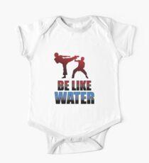 Seien Sie wie Wasser Kung Fu Zitat T-Shirt Kampfkunst Geschenk Baby Body Kurzarm
