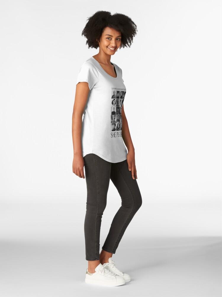 Vista alternativa de Camiseta premium de cuello ancho Sin embargo, ella persistió