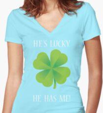 Er ist glücklich, er hat mich! Tailliertes T-Shirt mit V-Ausschnitt