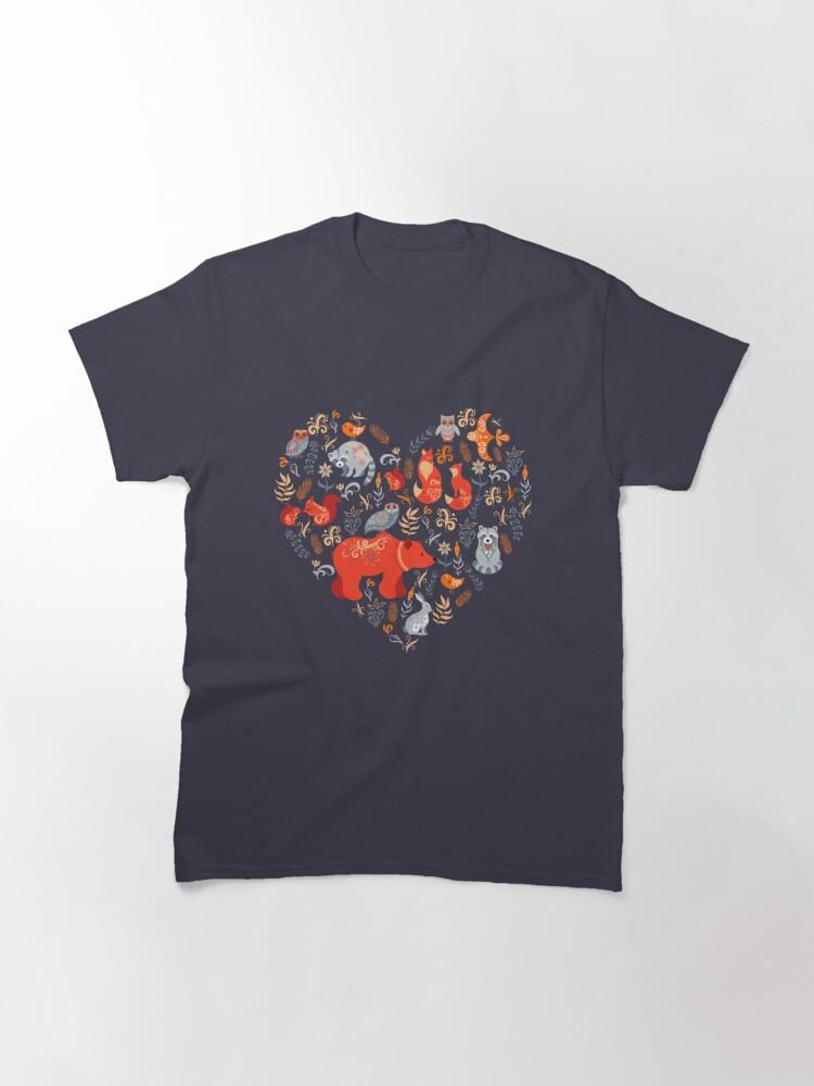Vista alternativa de Camiseta clásica Bosque de cuento de hadas. Fox, oso, mapache, búhos, conejos, flores y hierbas sobre un fondo azul.