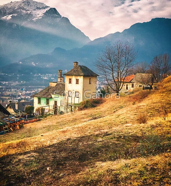 Altes Haus in der italienischen Landschaft durch die Alpen von Silvia Ganora