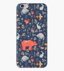 Vinilo o funda para iPhone Bosque de cuento de hadas. Fox, oso, mapache, búhos, conejos, flores y hierbas sobre un fondo azul.
