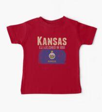 Staat von Kansas Kleid mit offizieller Flagge auf einer beunruhigten Zustandskarte Baby T-Shirt