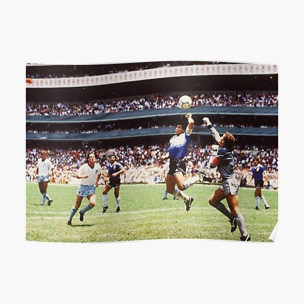 Maradona a coupé à l'intérieur depuis la gauche et a effectué une passe en diagonale vers le bord de la zone pour coéquipier Jorge Valdano et a continué sa course dans l'espoir d'un mouvement un-deux. La passe de Maradona a été jouée légèrement derrière  Poster