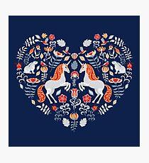 Einhörner, Hasen, Vögel, Blumen. Ornament in Form eines Herzens. Volkskunst. Fotodruck