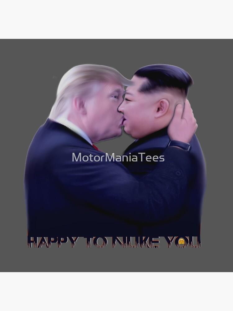 "Bolsa de tela «Donald Trump y Kim Jong-Un Kissing ""Felices de  desquiciarlo""» de MotorManiaTees | Redbubble"