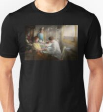 Doctor - Applying first aid - 1917 Unisex T-Shirt