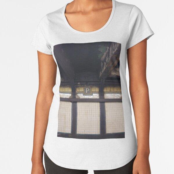 P, Street, New York, NY  Premium Scoop T-Shirt