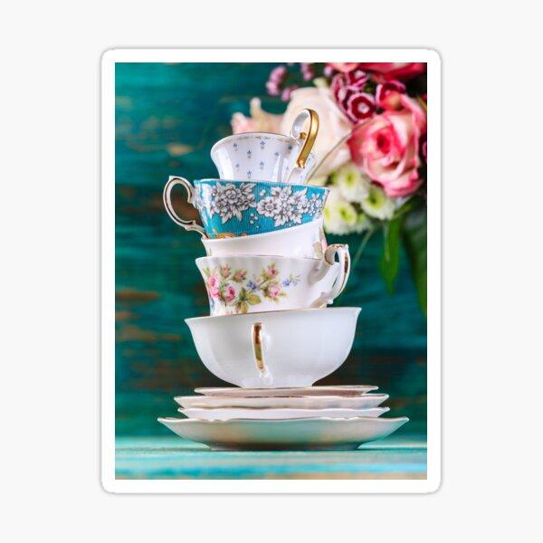 Pile de tasses à thé vintage sur fond turquoise Sticker