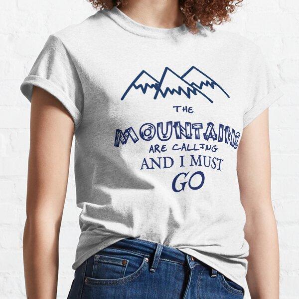 Mountains Are Calling /& I Must Go Retro 80s Vibe Graphic Maglietta
