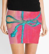 Atractivo azul eléctrico busca lazo rosa fluorescente... Minifalda