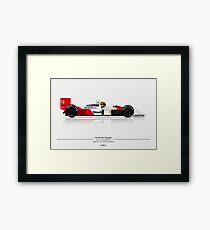 Formel 1 - Ayrton Senna - McLaren MP4 / 4 mit Helm auf hellem Hintergrund Gerahmter Kunstdruck