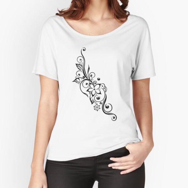 Filigrane Tribal Ranke mit Blüten und Blätter. Loose Fit T-Shirt