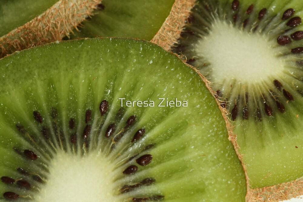 Kiwi   by Teresa Zieba