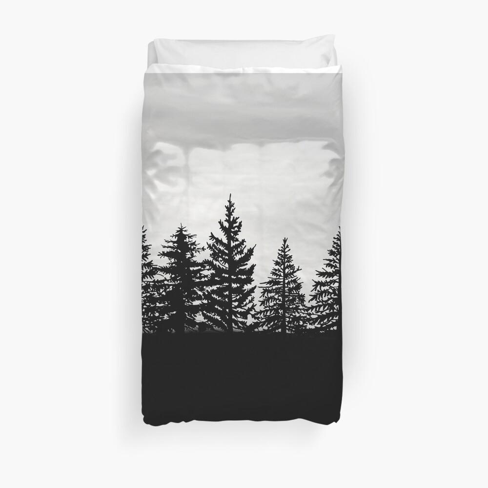 Immergrüne Bäume bei Sonnenuntergang Schwarzweiss Bettbezug