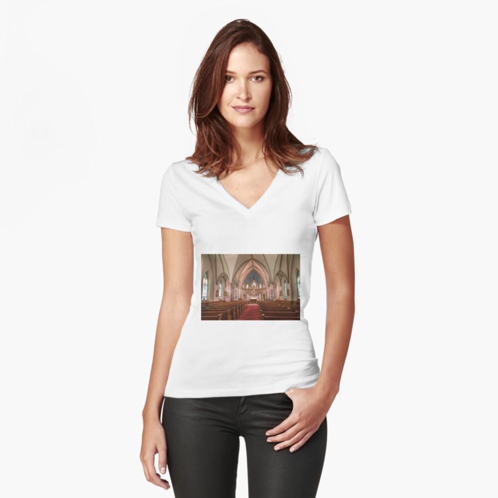 Die dauerhafte Kirche Tailliertes T-Shirt mit V-Ausschnitt