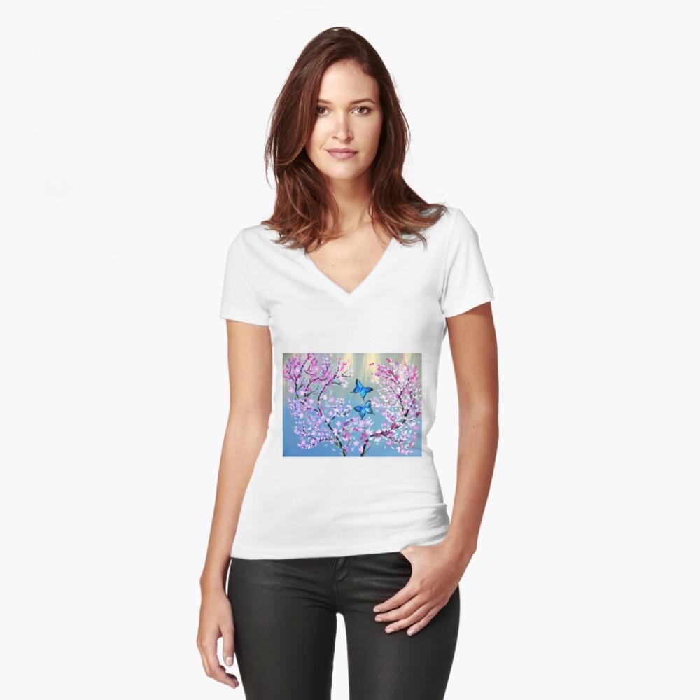 Schmetterlinge und Kirschblütenzweige Tailliertes T-Shirt mit V-Ausschnitt