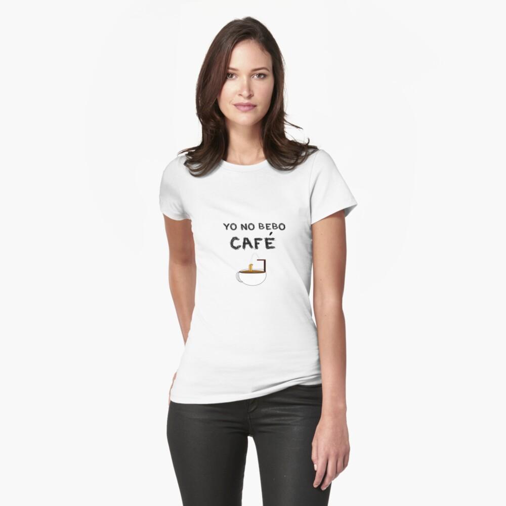 YO NO BEBO CAFÉ ME BAÑO EN ÉL Camiseta entallada