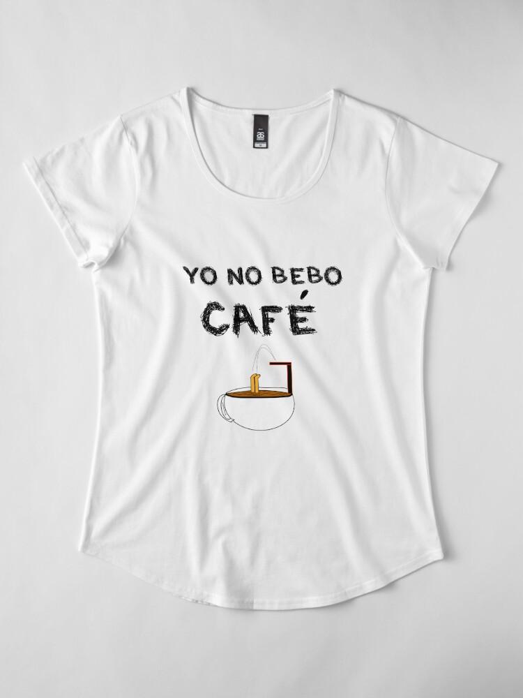 Vista alternativa de Camiseta premium de cuello ancho YO NO BEBO CAFÉ ME BAÑO EN ÉL