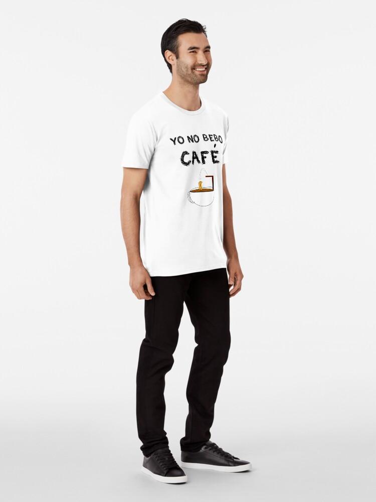 Vista alternativa de Camiseta premium YO NO BEBO CAFÉ ME BAÑO EN ÉL