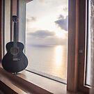 Gitarre gegen den Sonnenuntergang auf See von Mohit Sebastian