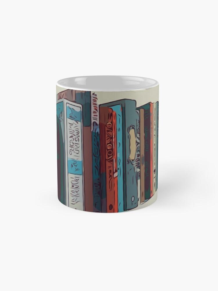 Alternative Ansicht von Bücher in einem Bücherregal Tassen