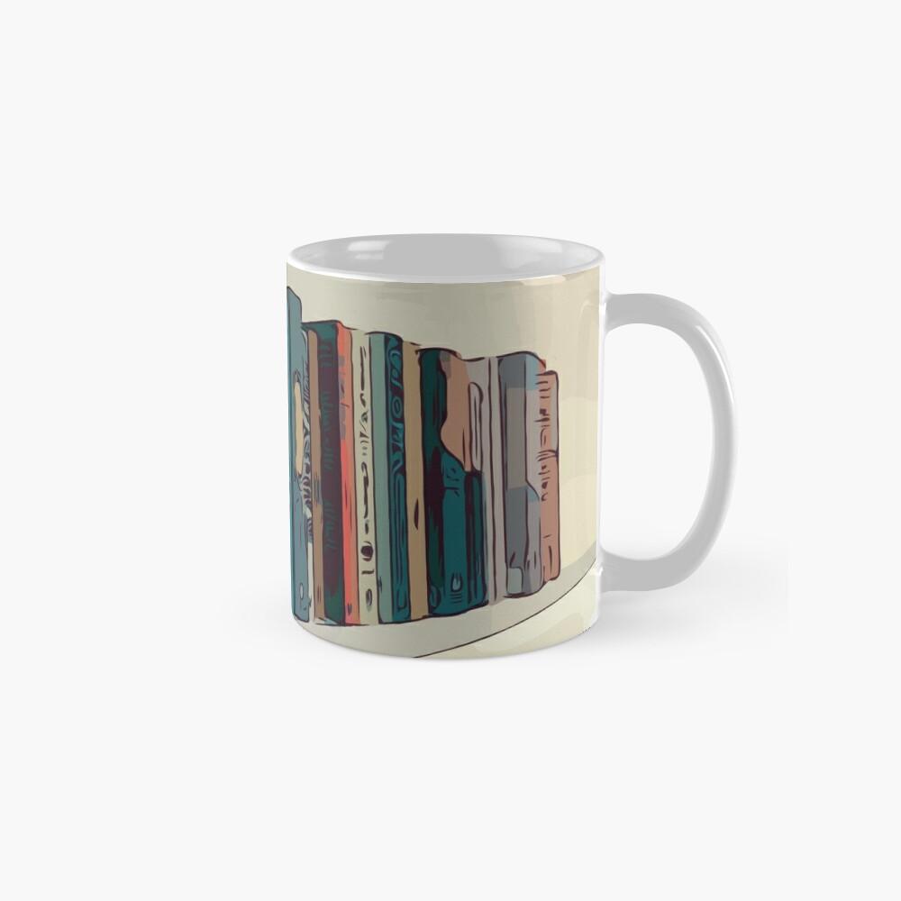 Bücher in einem Bücherregal Tassen