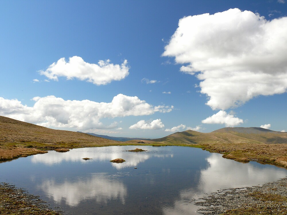 Small summit Tarn by mikebov