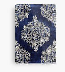 Creme marokkanisches Blumenmuster auf tiefe Indigo-Tinte Metallbild