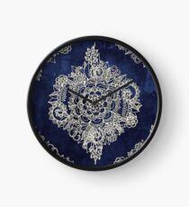 Creme marokkanisches Blumenmuster auf tiefe Indigo-Tinte Uhr