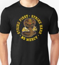 Cobra Kai - Strike First - Strike Hard - Keine Gnade - HD Distressed Variante Slim Fit T-Shirt