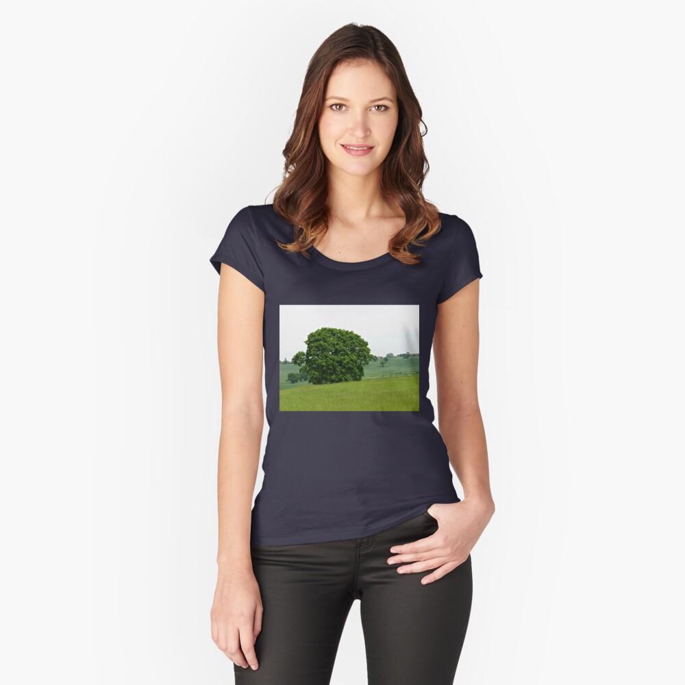 Hillside View - Einsamer Baum Tailliertes Rundhals-Shirt