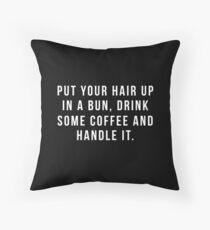 Setzen Sie Ihr Haar in ein Brötchen, trinken Sie etwas Kaffee und behandeln Sie es. Kissen