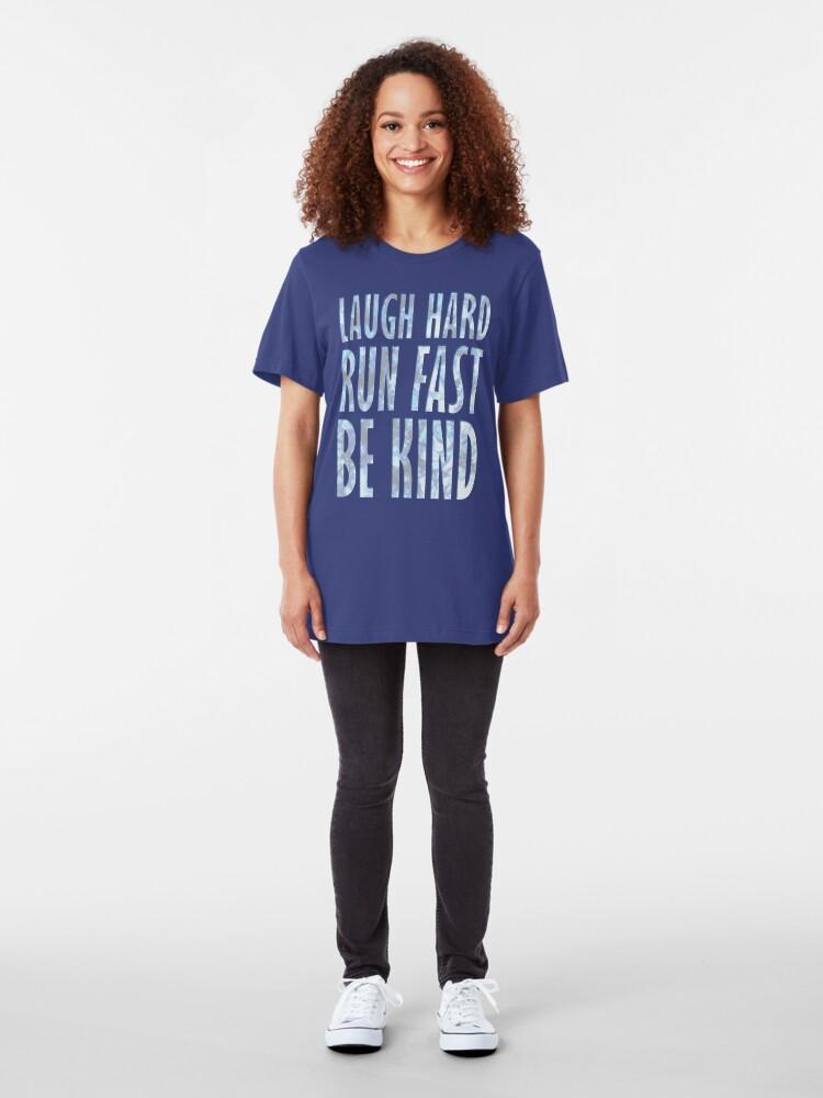 Alternative Ansicht von Lach hart. Schnell rennen. Sei freundlich. Slim Fit T-Shirt